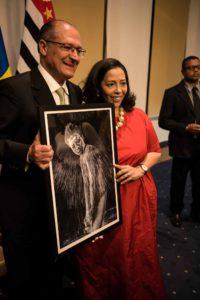 Auszeichnung in Sao Paulo 2016: Der Gouverneur von Sao Paulo, Geraldo Alckmin, neben Nitah Stöcklin, mit einem Bild aus der Serie Duality.